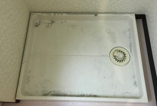 大阪府門真市宮野町で洗濯機置き場のクリーニング [before]