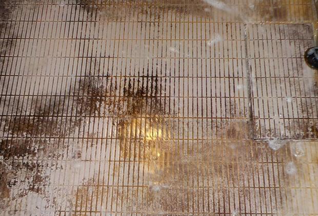 大阪市西区南堀江の堀江公園近くの戸建て住宅で浴室クリーニング [before]